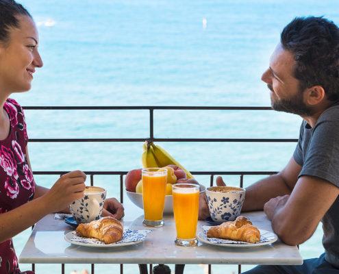 coppia a colazione - B&B Tramonto sul Mare